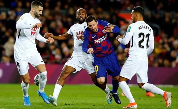 Gonalons (trái) cùng các đồng đội ngăn cản Messi khi đói đầu ở lượt đi La Liga hôm 20/1/2020. Ảnh: EFE