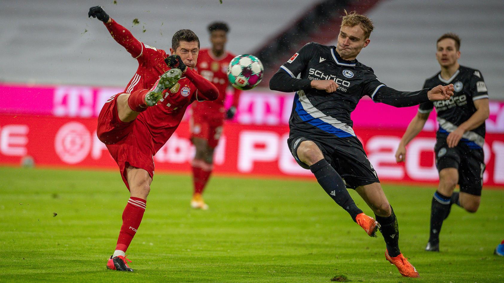 Lewandowski trong pha vặn người bắt vô-lê rút ngắn tỷ số còn 1-2 cho Bayern. Đây là bàn thứ 25 của anh tại Bundesliga mùa nay - một kỷ lục của giải đấu tính trong 21 vòng đầu. Ảnh: Eibner