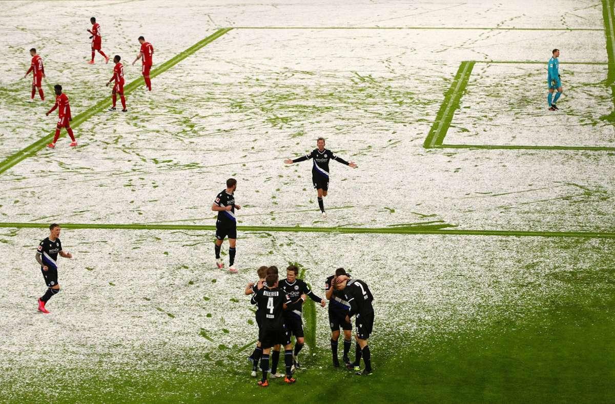 Cầu thủ Bielefeld phấn khích sau khi dẫn Bayern 2-0. Ảnh: DPA