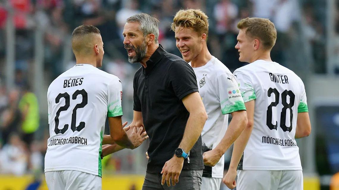 Marco Rose (áo đen) chứng tỏ năng lực khi giúp Gladbach bay cao ở Bundesliga mùa trước và vượt qua vòng bảng Champions League mùa này dù không có nhiều cầu thủ ngôi sao. Ảnh: Eibner