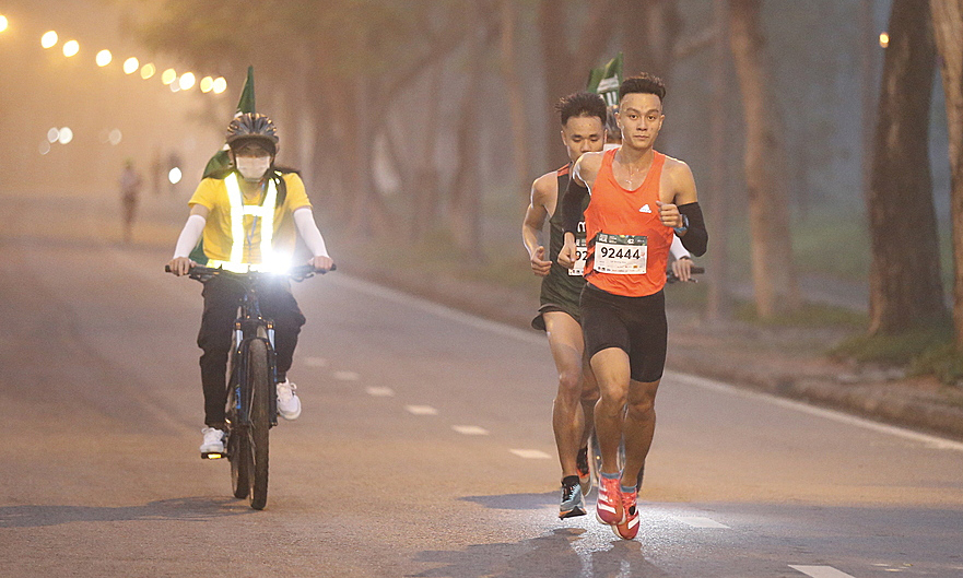 Le Quang Hoa (bib 92444) when he was about to finish at VnExpress Hue Marathon 2020. Runner Quang Tri came first in this run with achievement of 2 hours 33 minutes 35 seconds, at the same time as his PR.  Photo: VnExpress Marathon