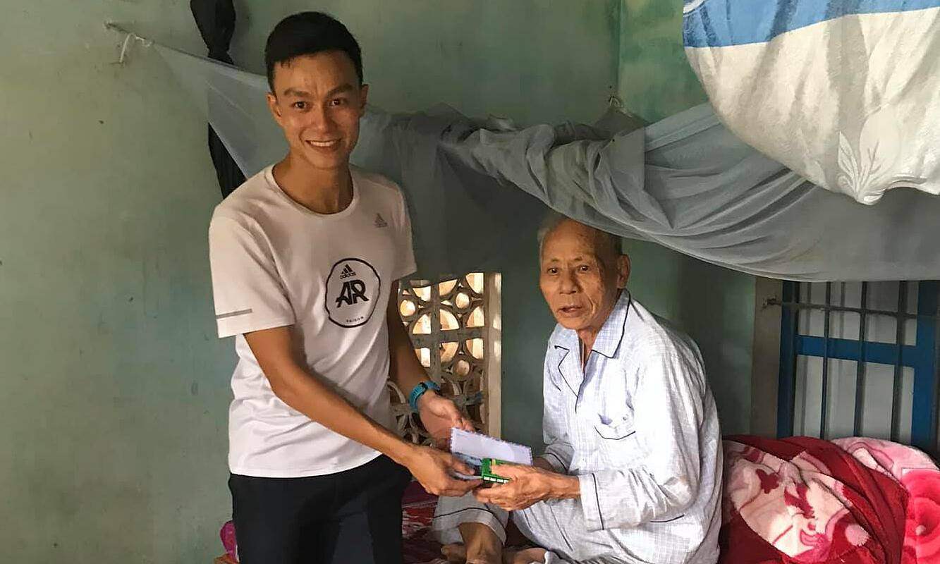 Quang Hoa represents a community jogging back to his hometown of Quang Tri to do charity work during the storm and flood in the last month of October and early November 2020.  Photo: Facebook Character