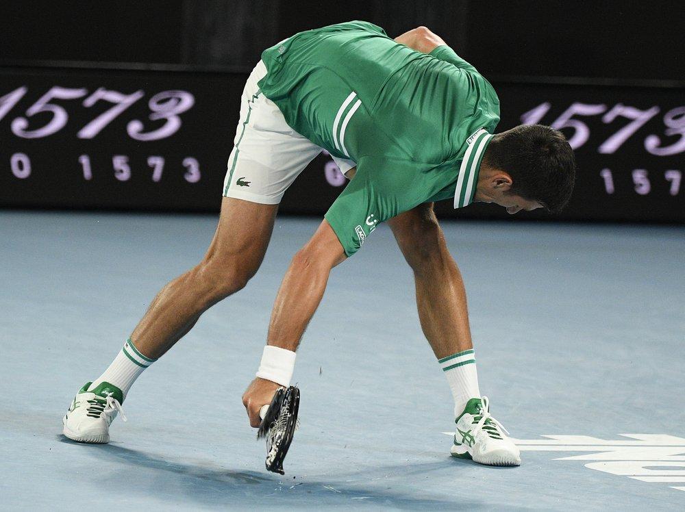 Djokovic tidak bisa menjaga ketenangannya di pertengahan set ketiga.  Foto: AP.