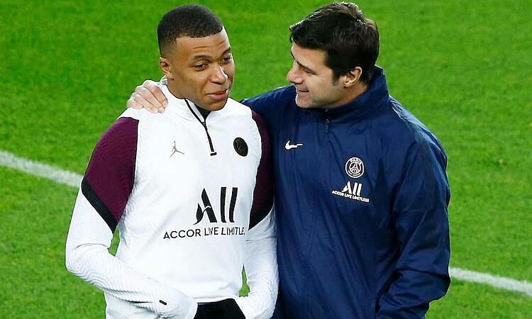 Mbappe hứa với Pochettino sẽ đánh bại Barca ngay tại Nou Camp. Ảnh: EPA.