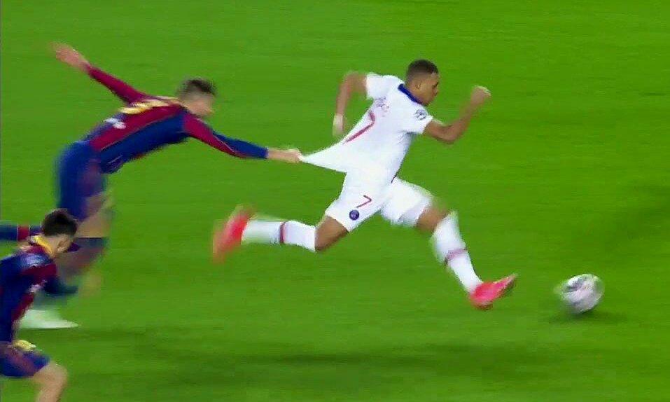 Pique terjatuh dan menarik bajunya namun masih belum bisa menghentikan Mbappe.  Screenshot
