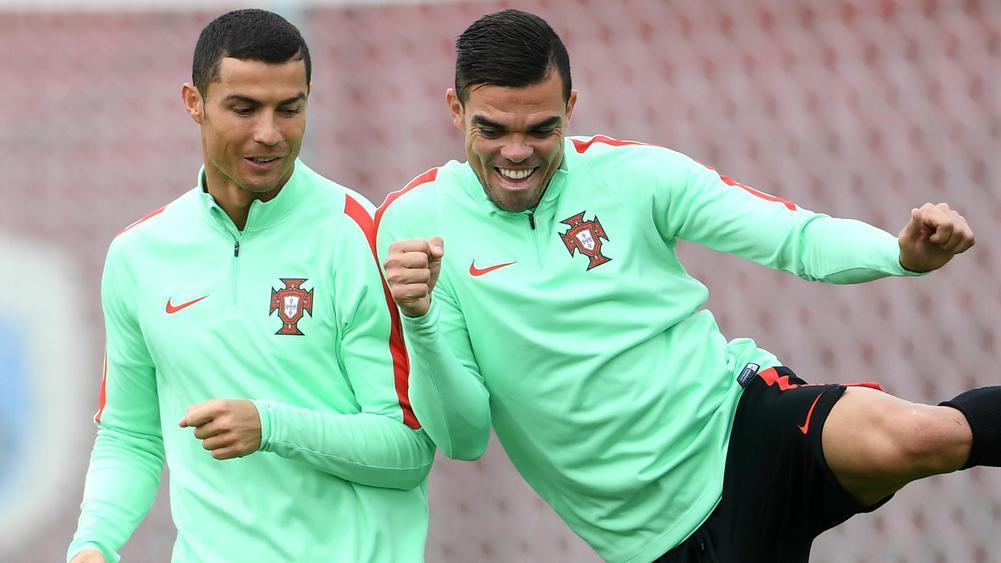 Pepe (kanan) berlatih bersama Ronaldo di tim Portugal.  Foto: BeIN