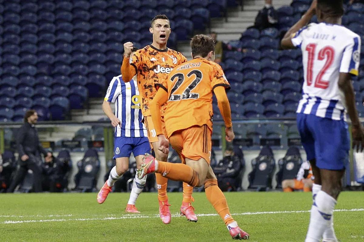 Ronaldo chia vui với Chiesa, sau bàn rút ngắn tỷ số cuối trận. Ảnh: AP.