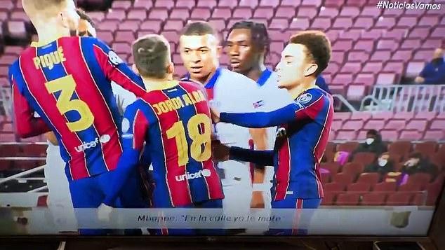 Mbappe (áo trắng) va chạm với các cầu thủ Barca. Ảnh chụp màn hình.