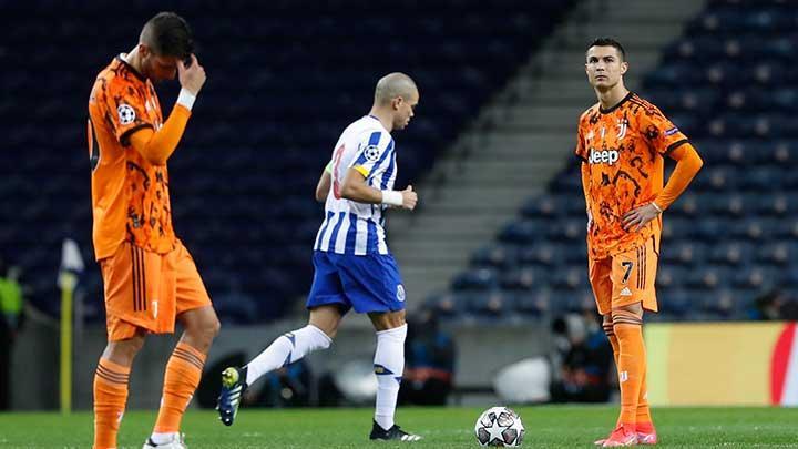 Ronaldo (kanan) terpana dengan kekalahan 1-2 dari Porto di babak pertama babak 1/8 Liga Champions.  Foto: Reuters.