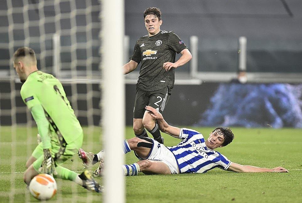 James (số 21) ấn đinh tỷ số 4-0, cũng là bàn thứ tư của anh mùa này. Ảnh: Reuters