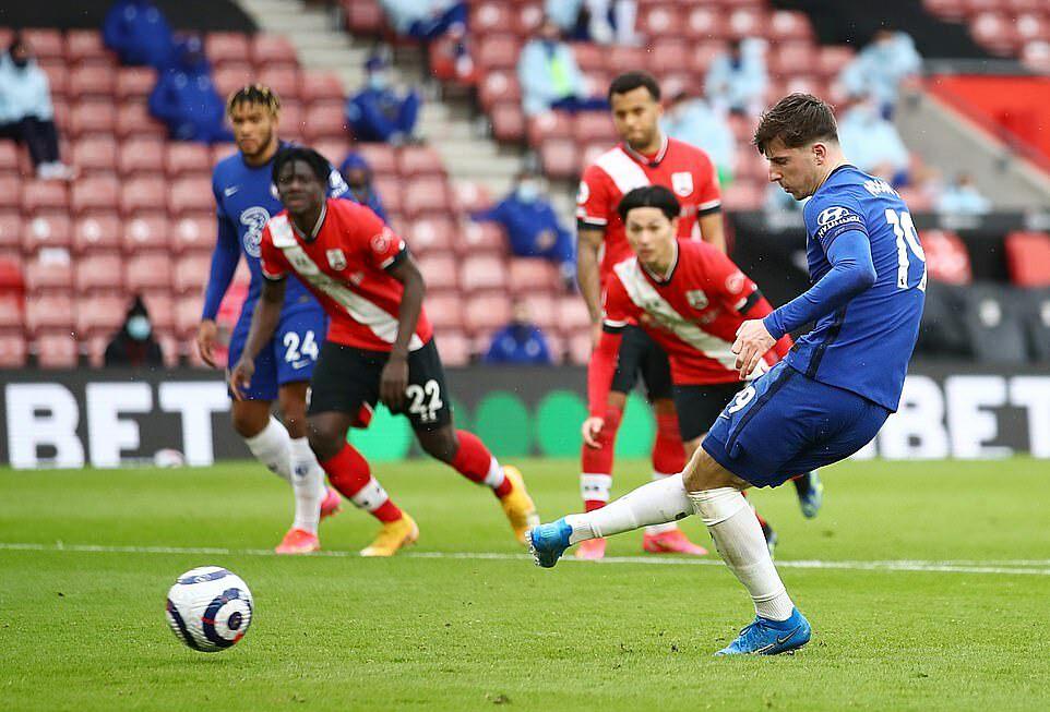 Mount đá phạt đền thành công, gỡ hòa 1-1 cho Chelsea đầu hiệp hai. Ảnh: Reuters.