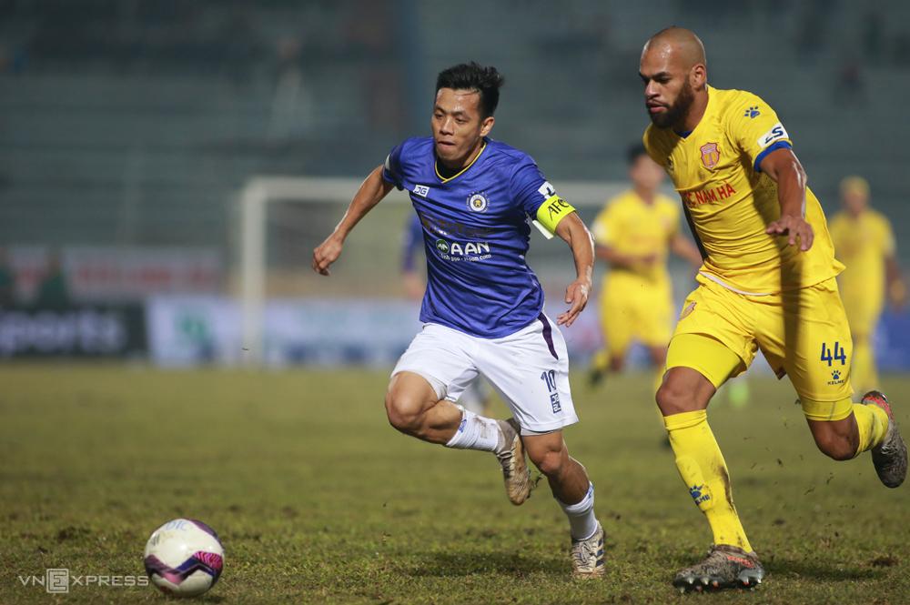 Hà Nội và Nam Định thi đấu trên sân Thiên Trường, trong trận mở màn V-League 2021. Ảnh: Lâm Thoả