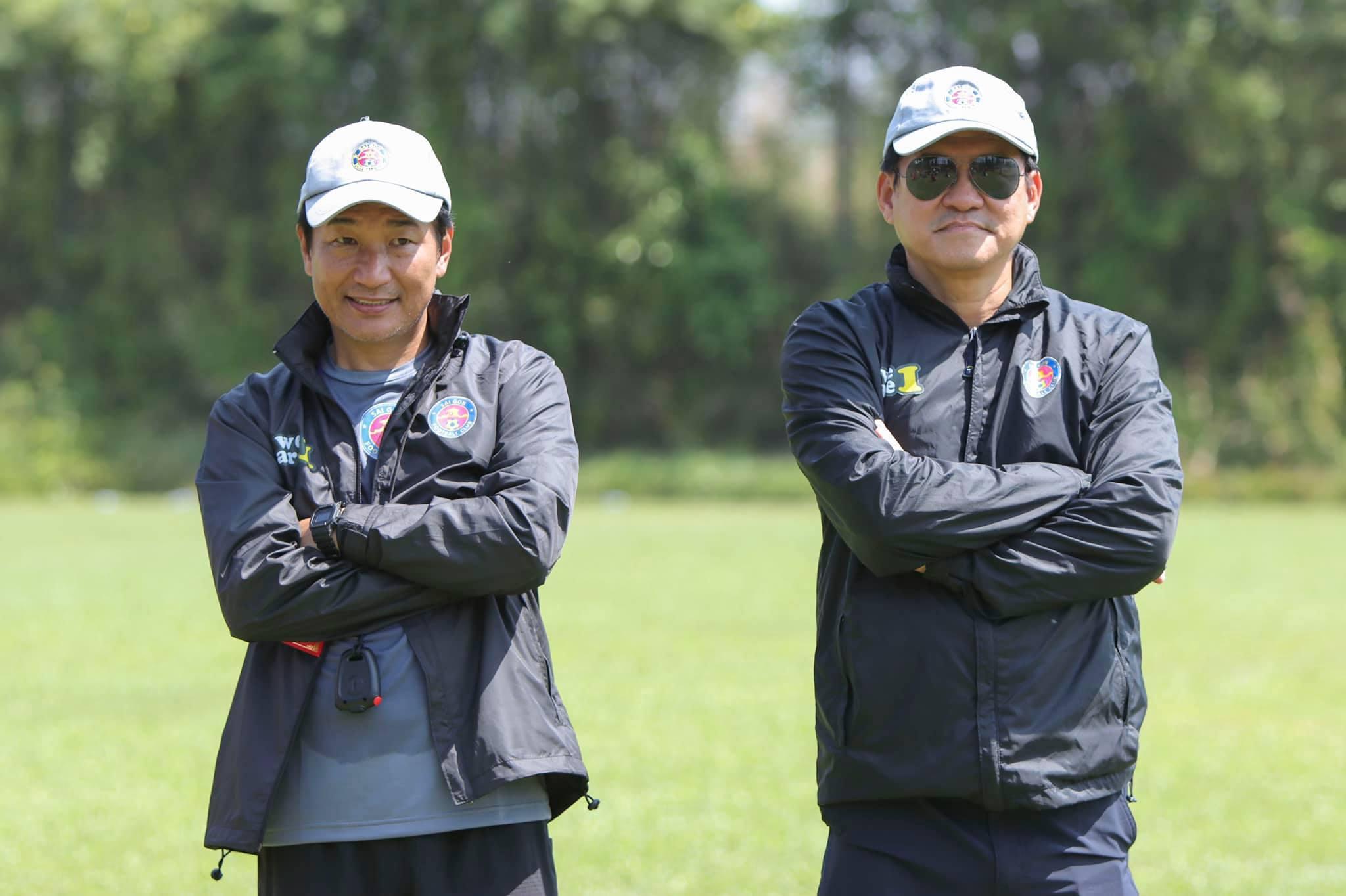 Chuyên gia Masahiro Shimoda (trái) tạm thời thay thế HLV Vũ Tiến Thành chỉ đạo Sài Gòn FC tập luyện. Ảnh: Thanh Anh.