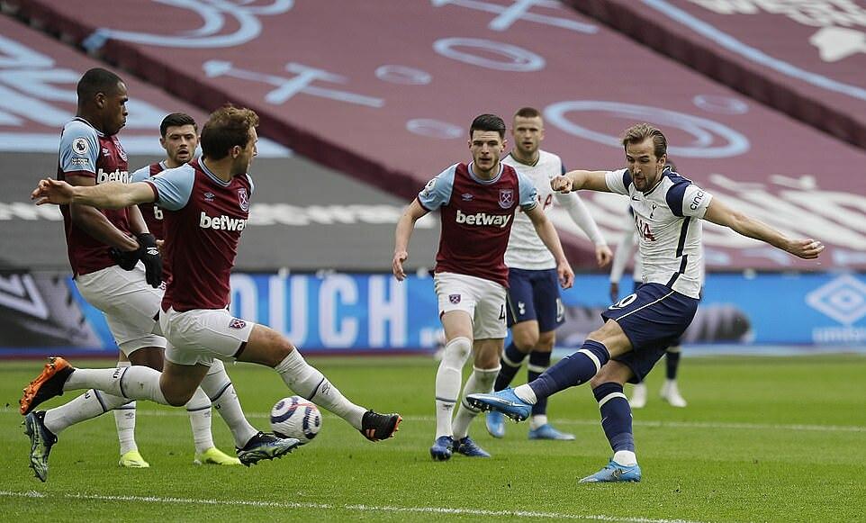 Kane (phải) là người dứt điểm nhiều nhất trận gặp West Ham. Ảnh: Reuters.