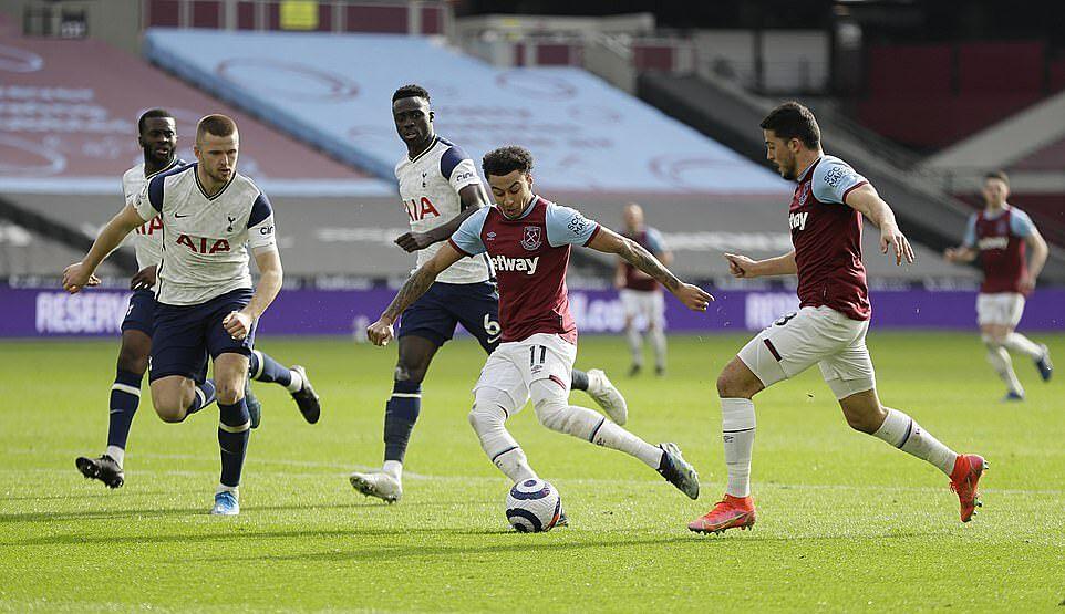 Lingard sút chéo góc, nhân đôi cách biệt cho West Ham đầu hiệp hai. Ảnh: Reuters.