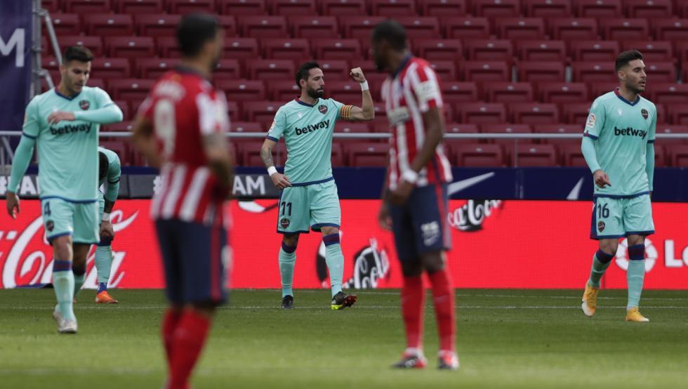 Morales (tengah) merayakan gol pembuka untuk Levante.  Foto: EFE