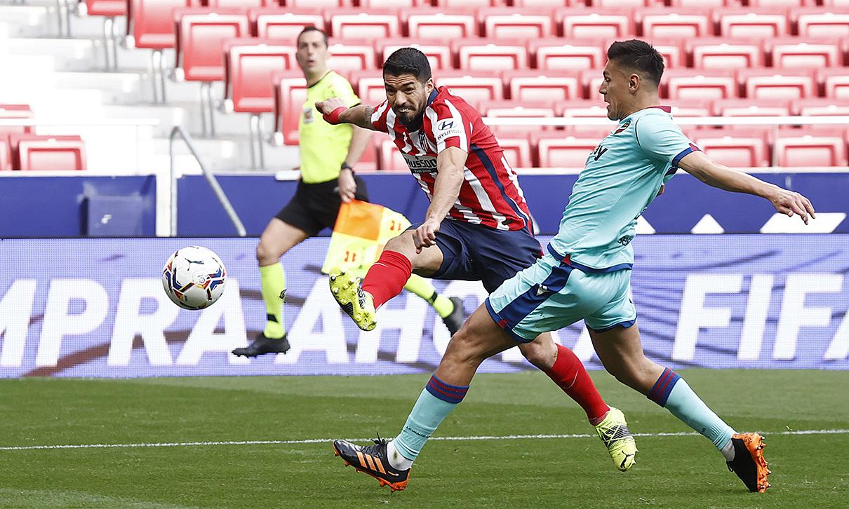 Suarez menyudahi tendangan sudut sempit di menit 15. Striker Uruguay itu tak punya banyak ruang di laga ini, karena pertahanan Levante bermain bagus dan memblok suplai bola untuk Suarez.  Foto: ATM