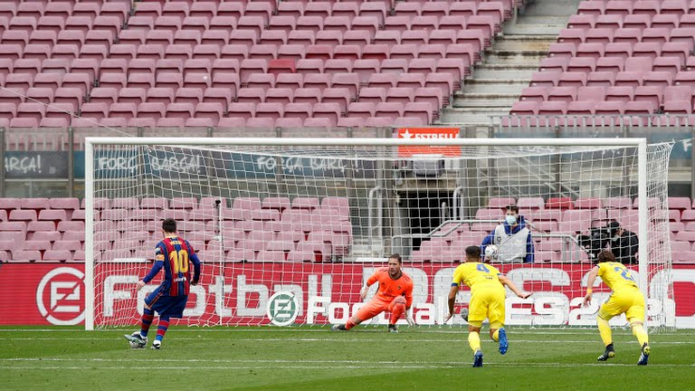 Messi ghi bàn đưa Barca vượt lên dẫn trước. Ảnh: Reuters.