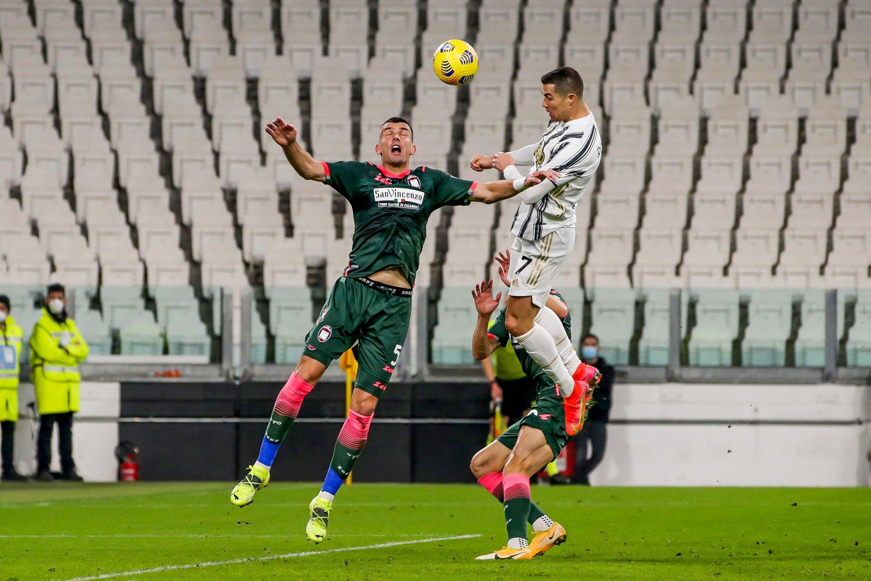 Ronaldo trong tình huống bật cao đánh đầu nâng tỷ số lên 2-0 ở phút bù giờ hiệp một. Ảnh: Juventus FC
