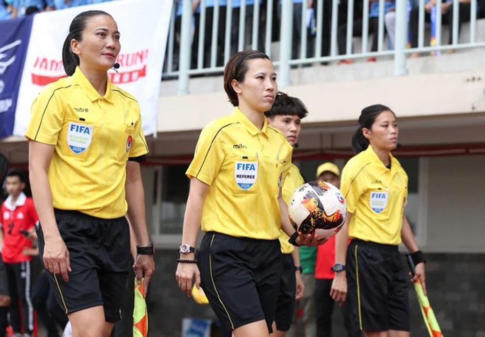 Trọng tài Bùi Thị Thu Trang (ở giữa) và trợ lý trọng tài Trương Thị Lệ Trinh (bên trái) sẽ được VFF tạo điều kiện để lọt vào danh sách bắt World Cup năm 2023.