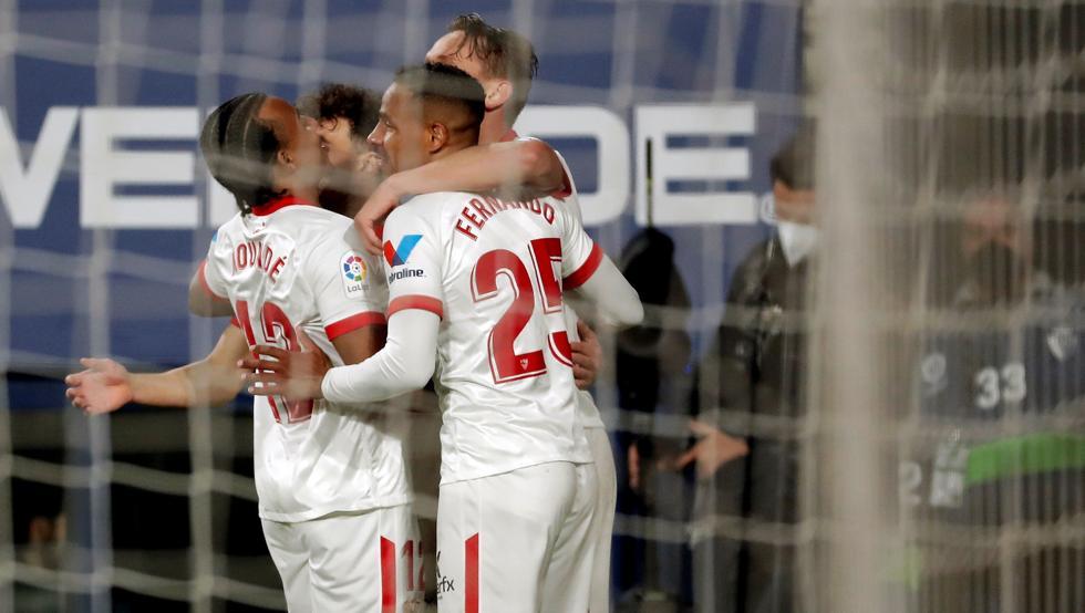 Sevilla đang gây áp lực với Real và Barca trong Top 4. Ảnh: EFE.