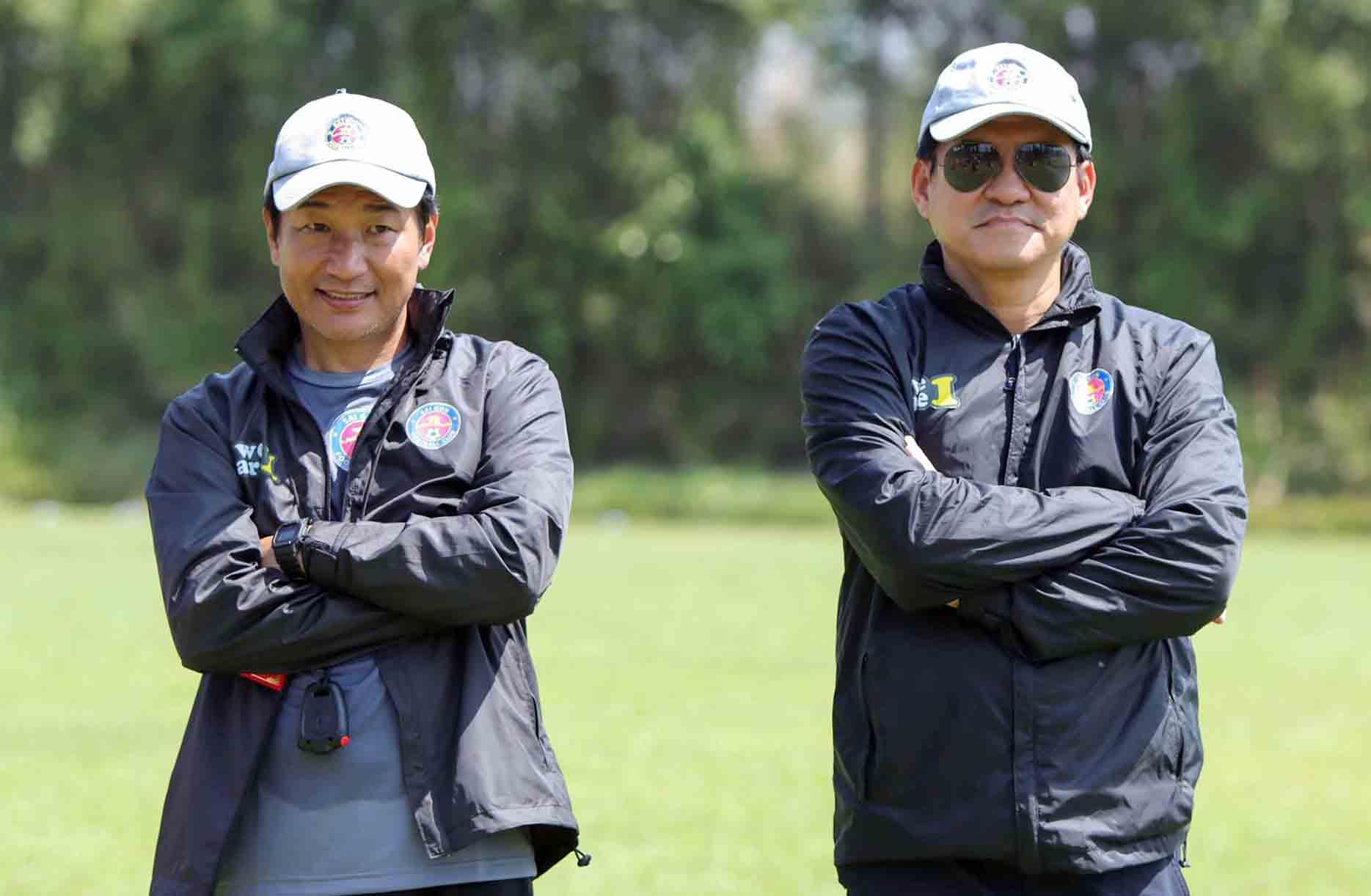 Ông Shimoda Masahiro (trái) sẽ làm HLV trưởng CLB Sài Gòn thay HLV Vũ Tiến Thành. Ảnh: Thanh Anh.