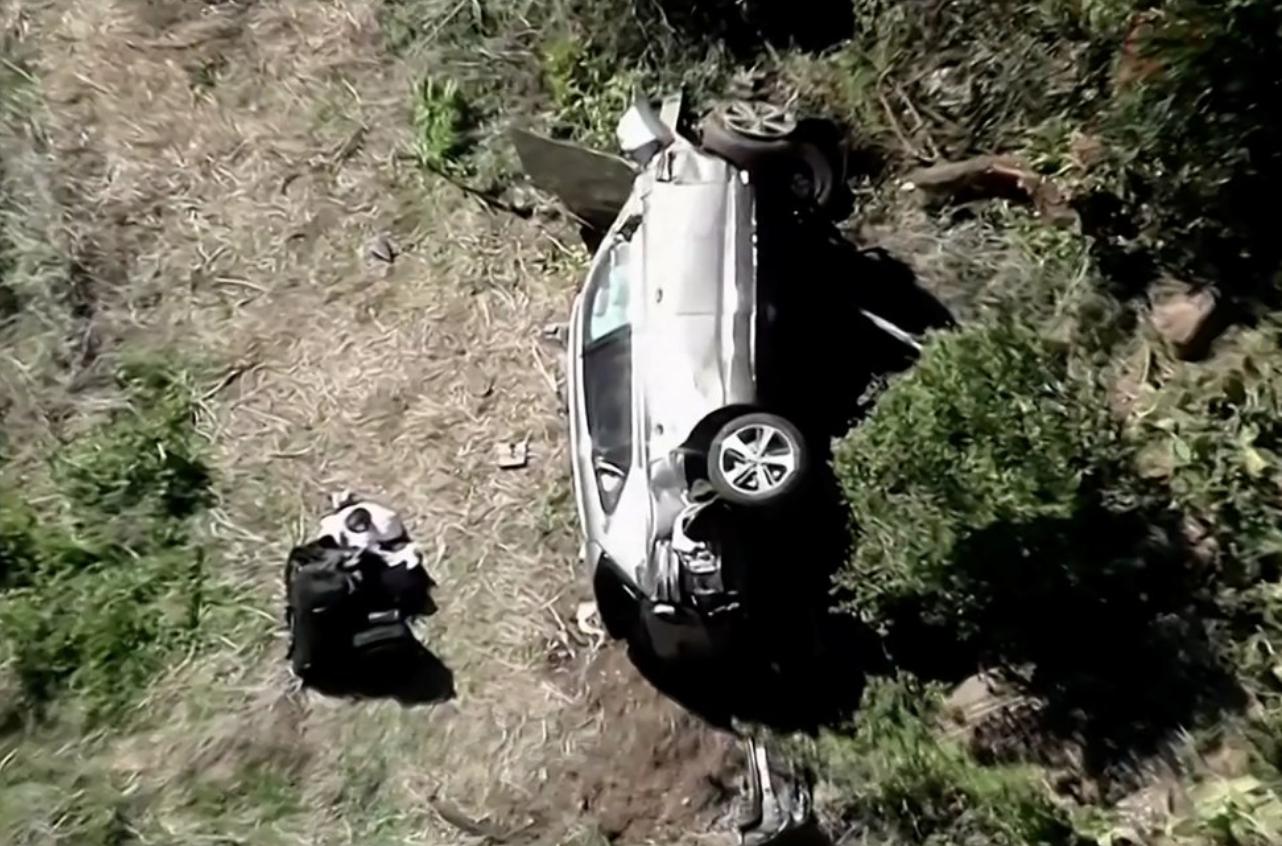 Chiếc xe của Woods biến dạng và lật nghiêng về phía tay lái tại hiện trường vụ tai nạn sáng 23/2. Ảnh: KNBC / Reuters