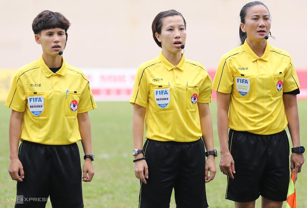 Wasit Bui Thu Trang (tengah) dan asisten Truong Thi Le Trinh (kanan) dipilih oleh FIFA sebagai kandidat Piala Dunia 2023. Foto: Duc Dong