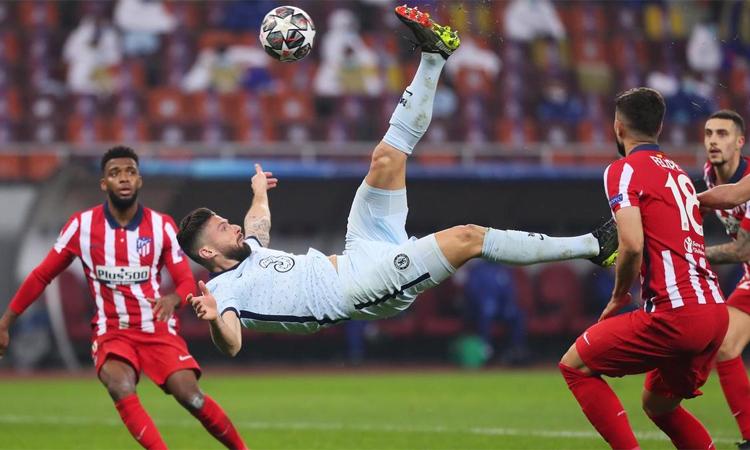 Pha tung người móc bóng ghi bàn của Giroud. Ảnh: Reuters.