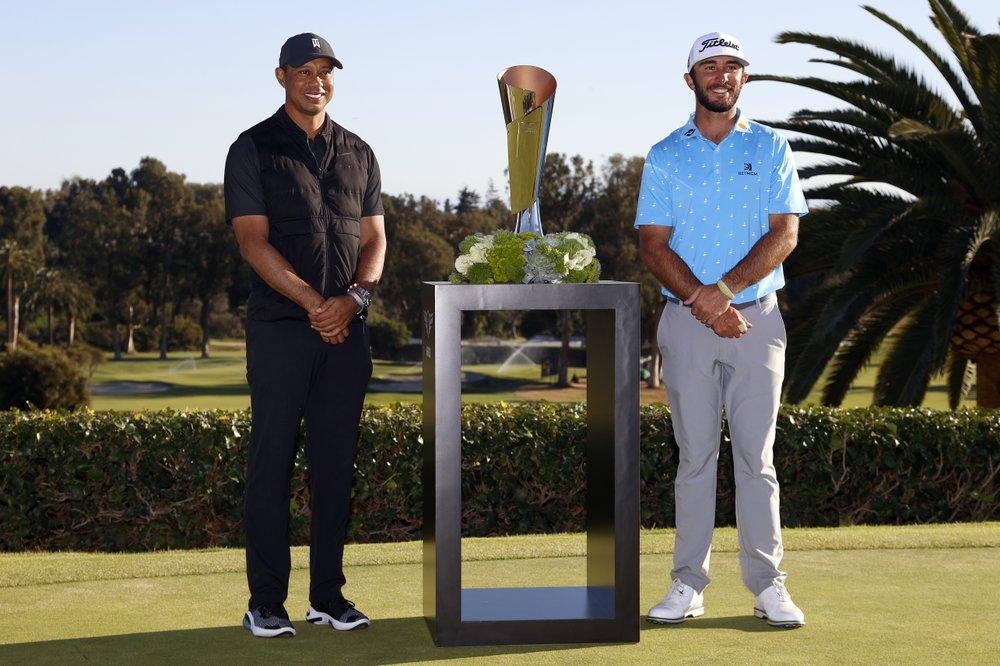 Woods chủ trì và trao cúp cho Max Homa trong ngày bế mạc Genesis Invitational, Nam California hôm 21/2. Ảnh: AP
