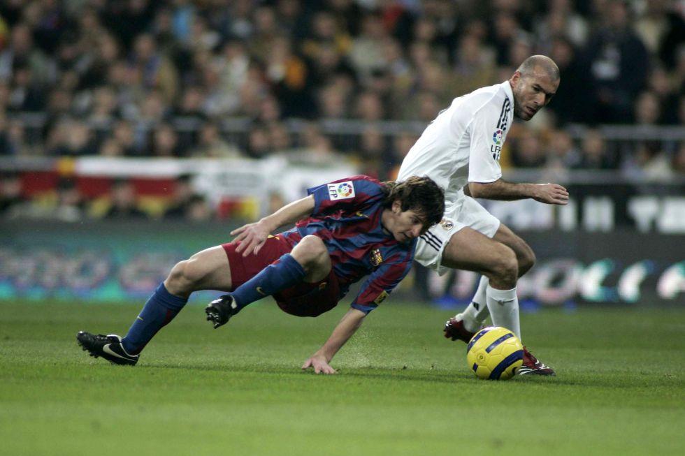 Messi menghadapi Zidane saat pertama kali bergabung dengan Barca pada 2004. Foto: Marca.