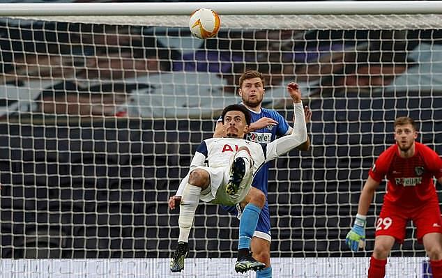 Alli tung móc thành bàn, chỉ một ngày sau tuyệt phẩm của Giroud vào lưới Atletico. Ảnh: AFP.