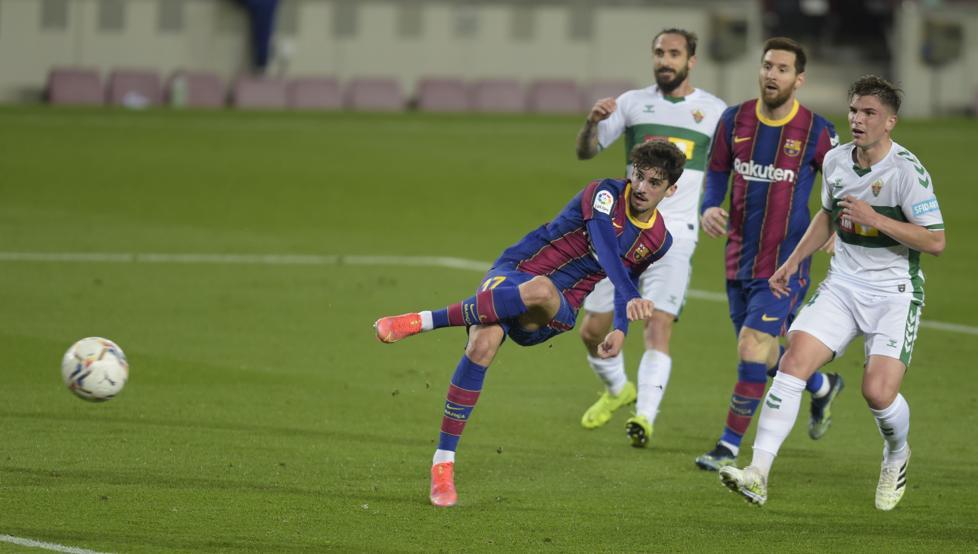Messi menyaksikan penyelesaian buruk junior Trincao di paruh pertama pertandingan melawan Elche pada 24 Februari.  Foto: EFE