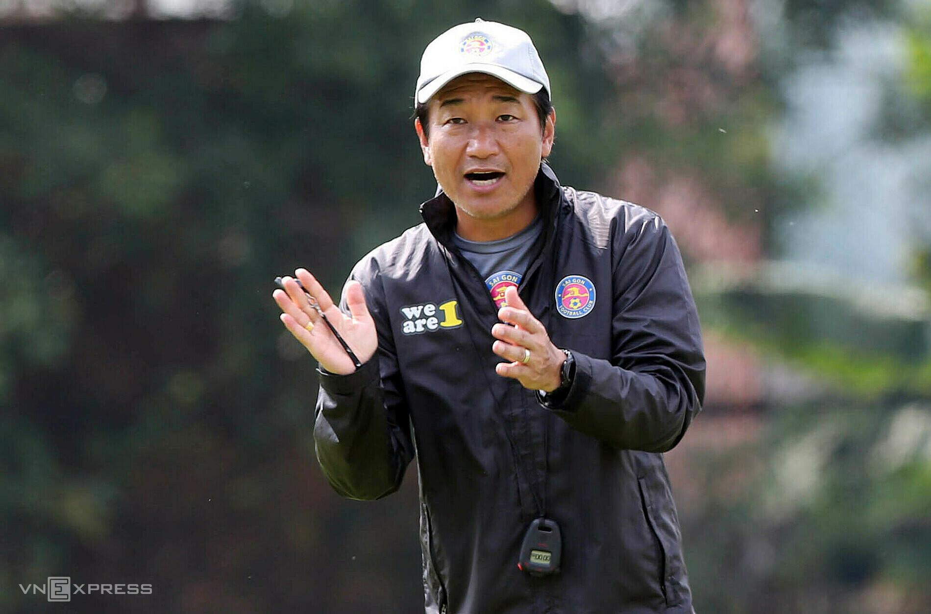 นายชิโมดะมาซาฮิโระสั่งให้นักเตะไซง่อนเอฟซีฝึกซ้อมในฐานะหัวหน้าผู้ฝึกสอนคนใหม่ในเช้าวันที่ 25 กุมภาพันธ์ที่ศูนย์กีฬา Thanh Long  ภาพ: Duc Dong