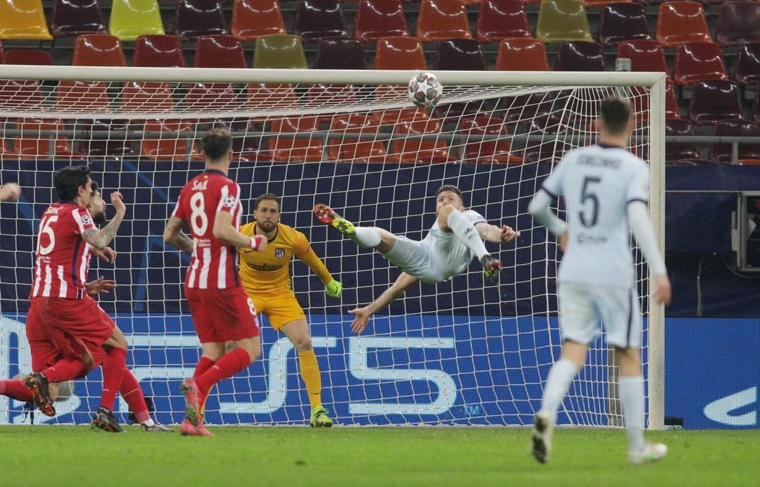 Giroud meluncurkan pencetak gol sambil membelakangi gawang Atletico Madrid pada 23 Februari.  Foto: Reuters