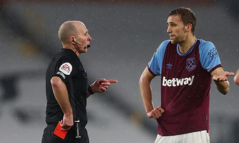 ผู้ตัดสิน Mike Dean ให้ใบแดงแก่ West Ham Tomas Soucek เมื่อวันที่ 2/7/2021  ภาพ: Reuters