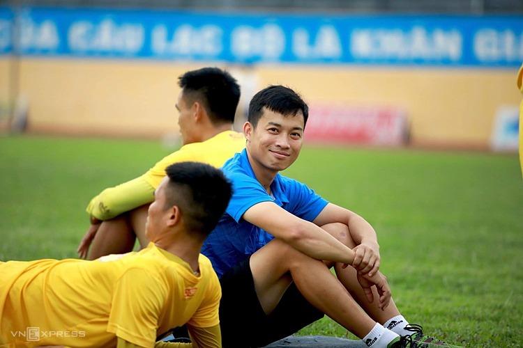 Doctor Duong Tien Ky บนสนามฝึกซ้อมกับผู้เล่น Thanh Hoa  ภาพ: ดงเวียดนาม.