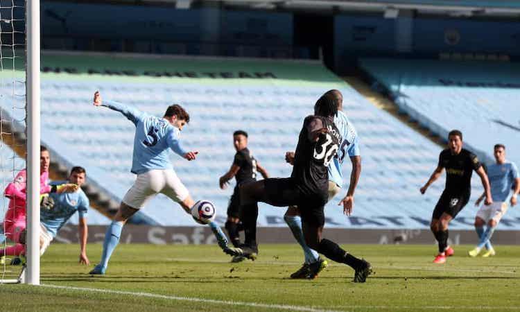 Antonio mengamankan bola untuk menyamakan kedudukan setelah mendapat umpan dari Lingard.  Foto: PA.