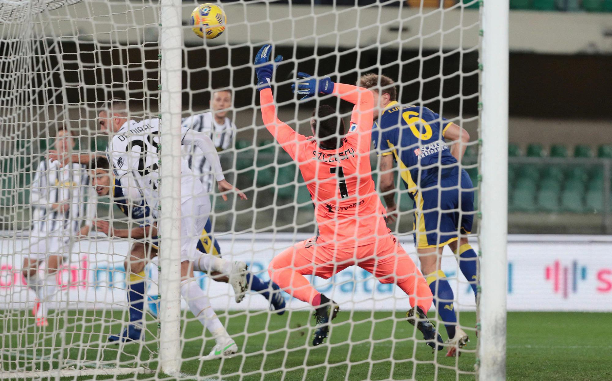Cột dọc cứu Juventus khỏi bàn thua ngay đầu trận từ cú đánh đầu của Faraoni. Ảnh: ANSA