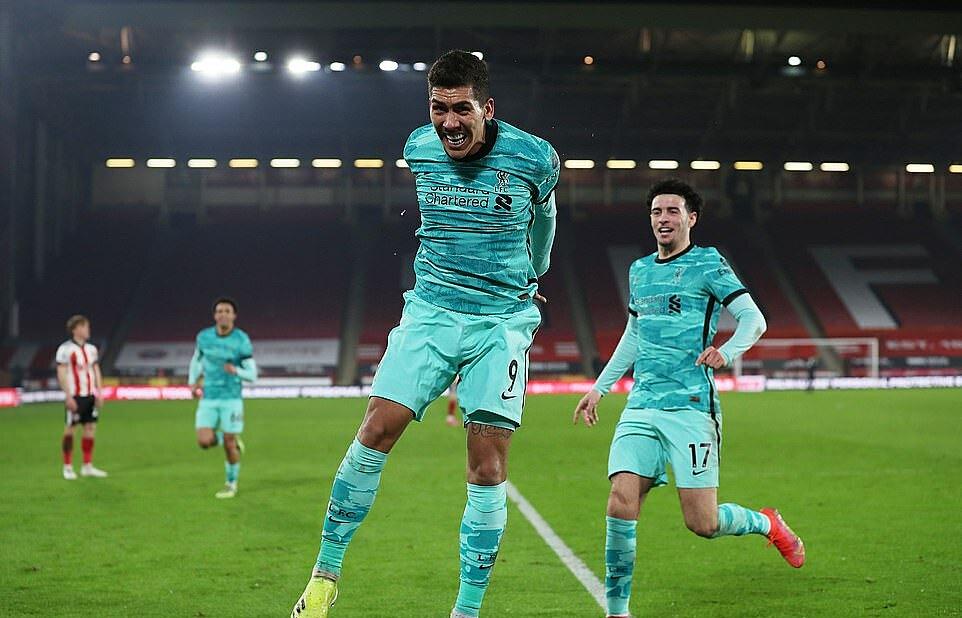 Firmino (kiri) membuka gol kedua Liverpool dari upaya menggiring bola.  Foto: Reuters.