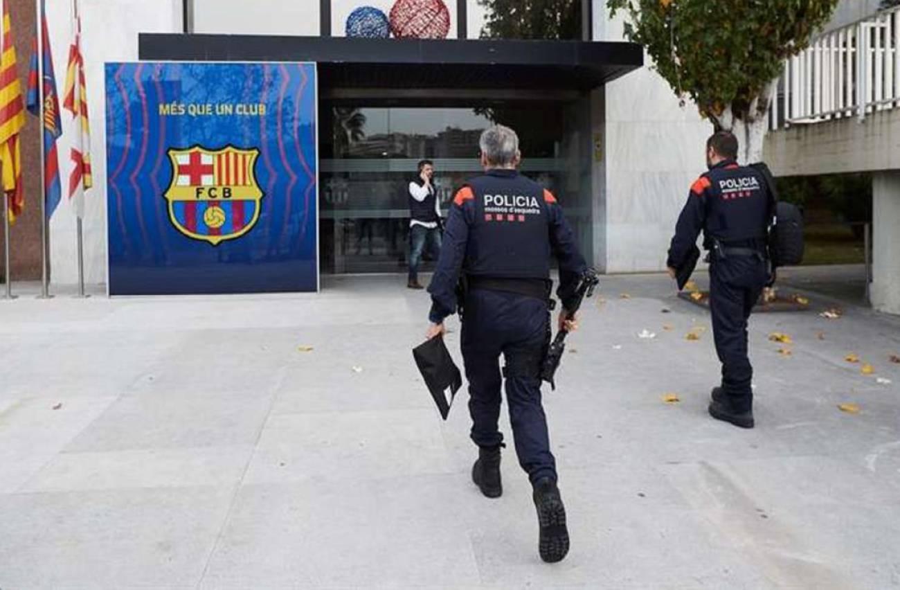 Cảnh sát tiến vào trụ sở Barca. Ảnh: SER