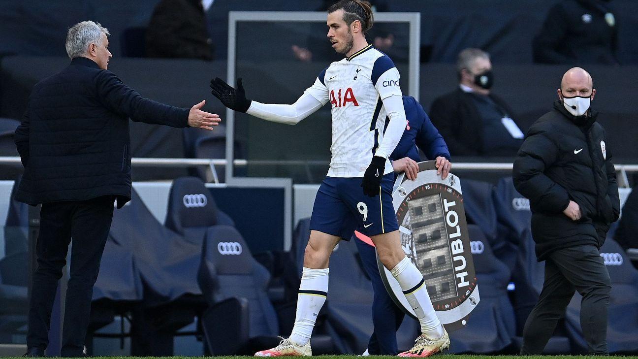 Mourinho berjabat tangan untuk memberi selamat kepada Bale setelah menariknya dari lapangan pada menit ke-70. Foto: Tottenham FC
