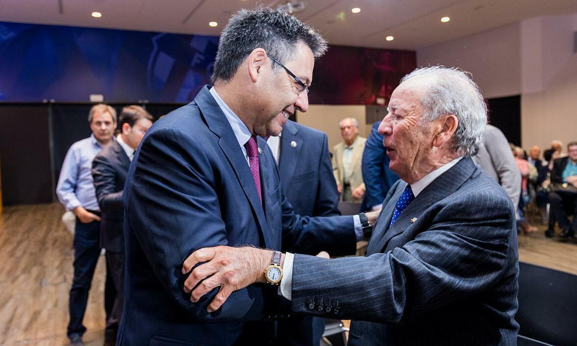 Nunez (kanan) menjabat tangan Bartomeu.  Kedua mantan presiden Barca ini sama-sama ditangkap dengan tuduhan terkait tim.  Foto: FCB