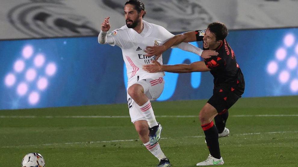 Isco (trắng) bị cầu thủ Sociedad truy cản. Ảnh: Marca.