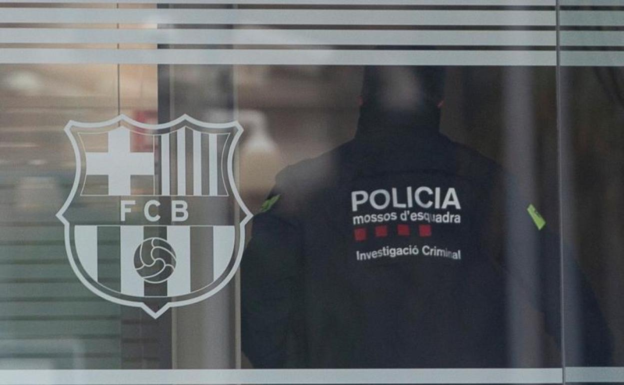 Cảnh sát Catalan tiến vào các văn phòng của Barca tại sân Camp Nou để tìm tài liệu chứng cứ phục vụ điều tra sau khi Bartomeu bị bắt. Ảnh: EFE