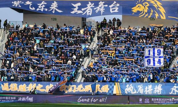Penggemar Jiangsu merayakan kejuaraan Liga Super 2020. Foto: Xinhua.