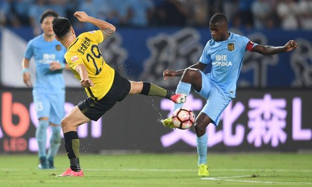 Ramires (kanan) menjuarai Liga Champions bersama Chelsea, menjadi kapten Jiangsu saat klub sedang absen.  Foto: REX.