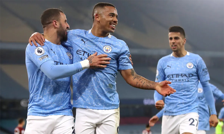 Trong khi các đối thủ bị sứt mẻ lực lượng, Man City vẫn thăng tiến nhờ chiều sâu đội hình vượt trội. Ảnh: Reuters.