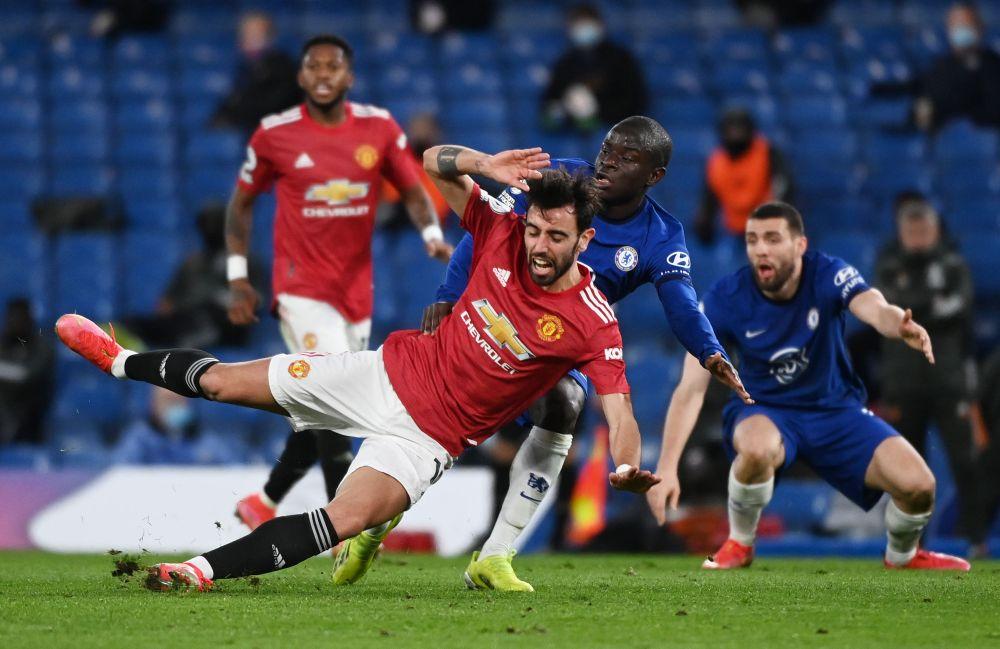 Bruno Fernandes tắt điện trong trận hoà Chelsea 0-0 khi bị NGolo Kante đeo sát. Ảnh: Reuters