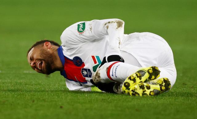 Neymar chấn thương trong trận thắng Caen ở Cup quốc gia. Ảnh: Reuters.